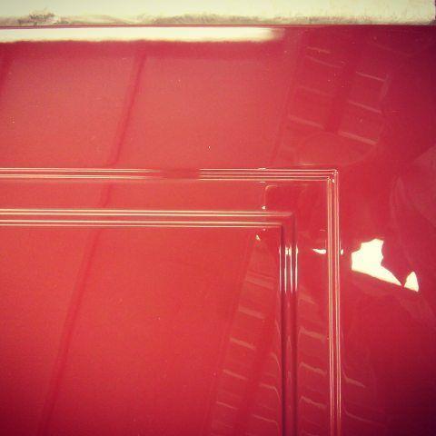красная глянцевая дверь фото