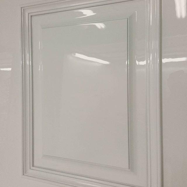багетная дверь глянцевая фото