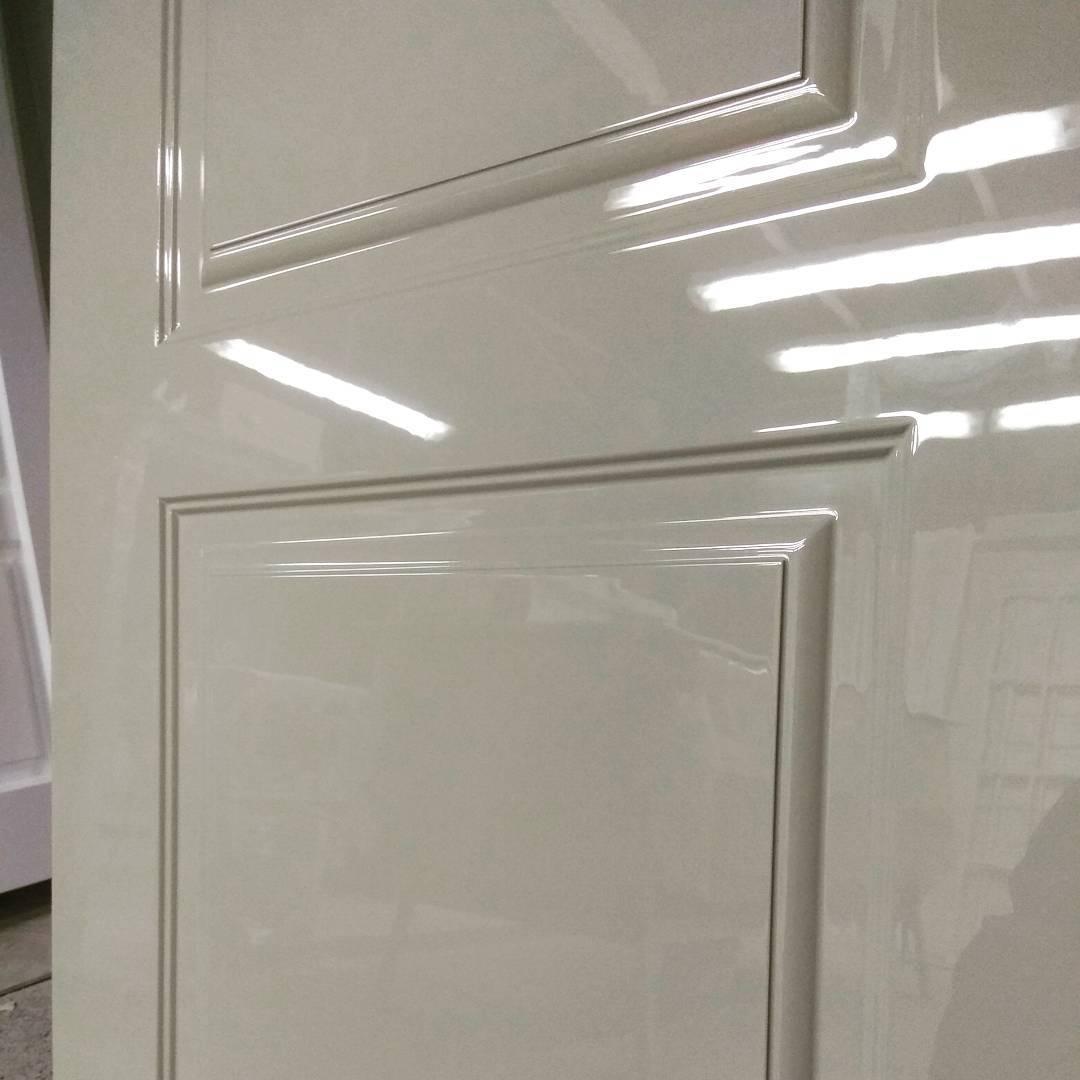 белая глянцевая дверь фото