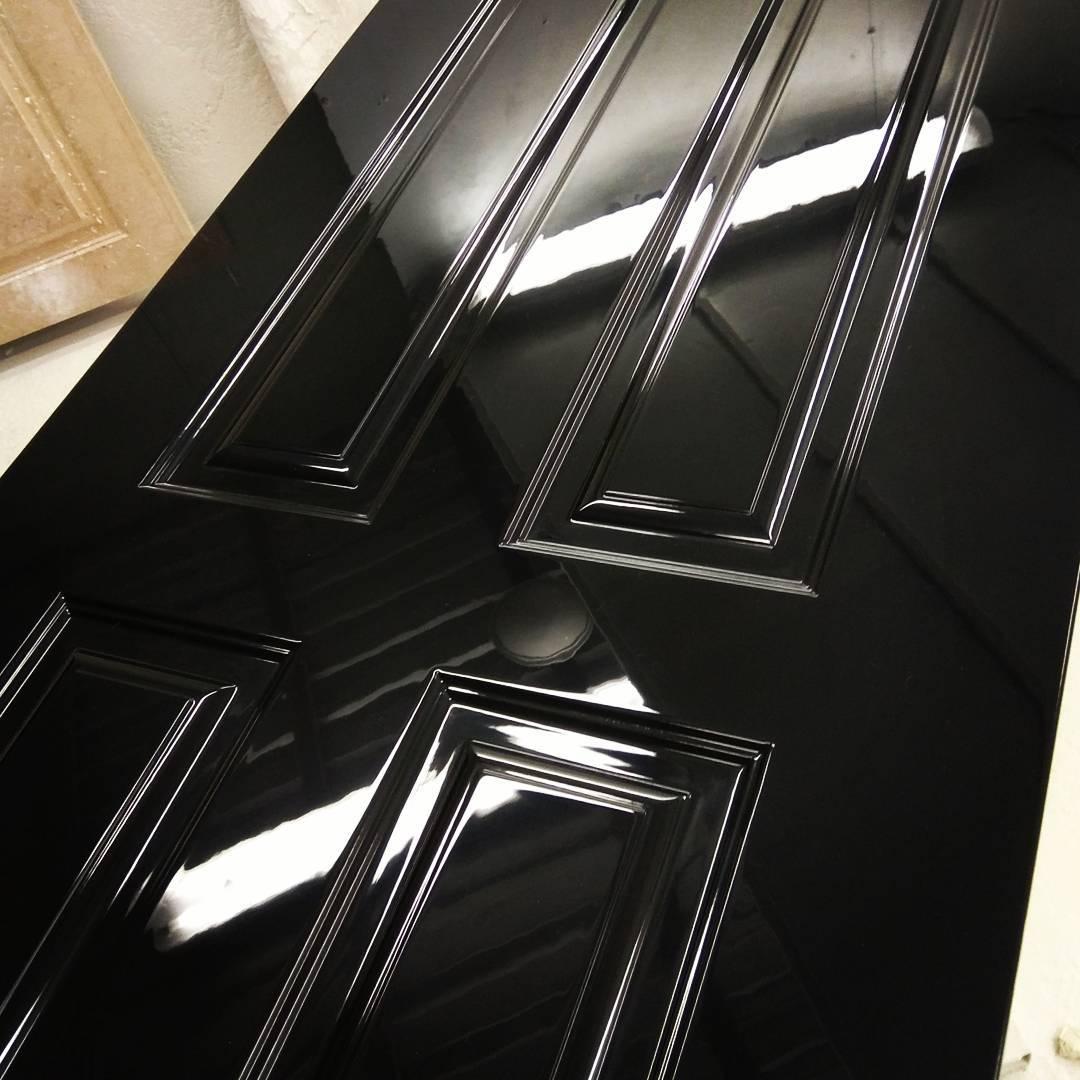 черная глянцевая дверь