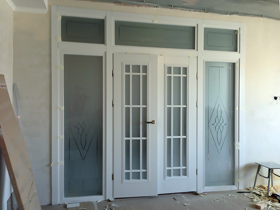 двойная распашная белая дверь с фрамугой